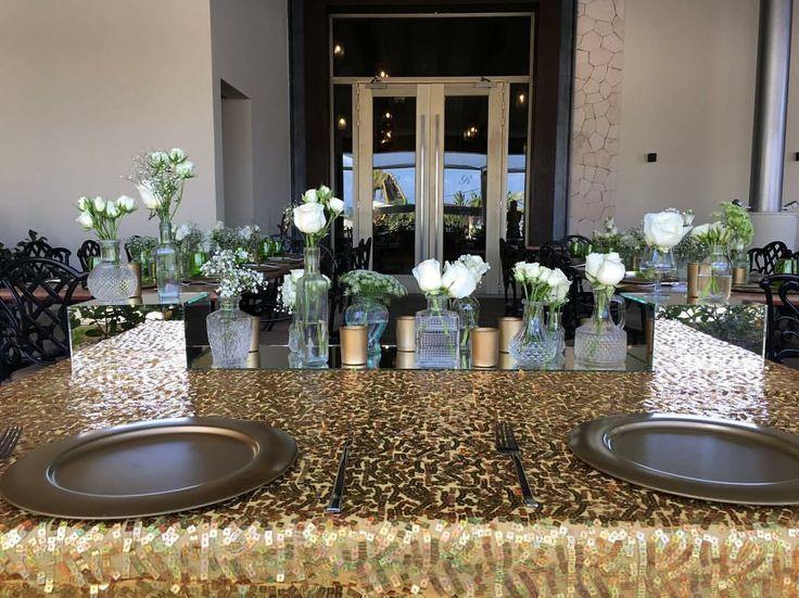 CBV260 weddings riviera Maya Sweetheart table centerpiece with bottles white flowers and mirrors / centro de mesa para novios con botellas flores blancas y espejo