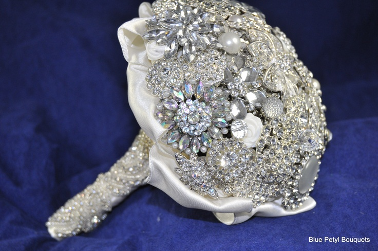 Gorgeous brooch bridal bouquet. Soo sparkly!! Love it!