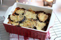 Moussaka is een Griekse ovenschotel met aardappel, gehakt en aubergine. Ben je benieuwd naar ons recept voor Moussaka? Lees dan gauw verder!