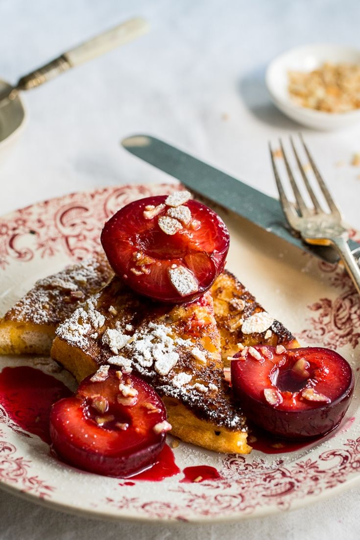 French toast with roasted plums - a lovely autumn breakfast!