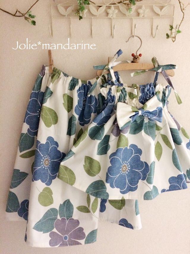 親子でお揃いのママ用ふんわりギャザースカートとお子様用4wayリボンキャミソールワンピース&スカートをお作りしました。ボタニカルフラワーのアッシュネイビーブルー&グレー(大きめの花柄)プリントが素敵なセットです。ブルーのお花ひとつの直径が約14.5㎝。マ...