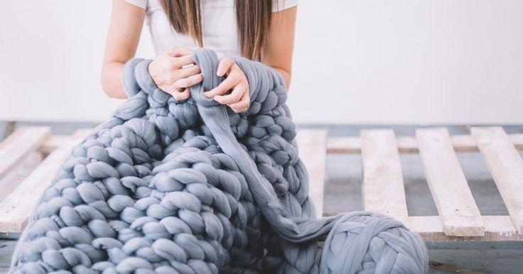 Kuschelfaktor XXL? Geht mit Arm-Knitting total easy. Ganz ohne Nadeln! InStyle zeigt, wie Arm-Stricken funktioniert.
