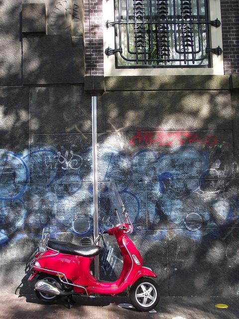 Ad Amsterdam le mosche bianche sono i motorini rossi (Amsterdam)