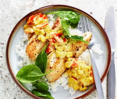 Pepparstekt kyckling med rostad majs- och currysås, en rätt som är omtyckt av de flesta. Såsen gör du genom att steka paprika och majs i olivolja, krydda med salt och peppar sedan vända ned currysåsen tillsammans med persilja. Servera med härligt gyllenbruna kycklingfiléer, ris och spenatsallad.
