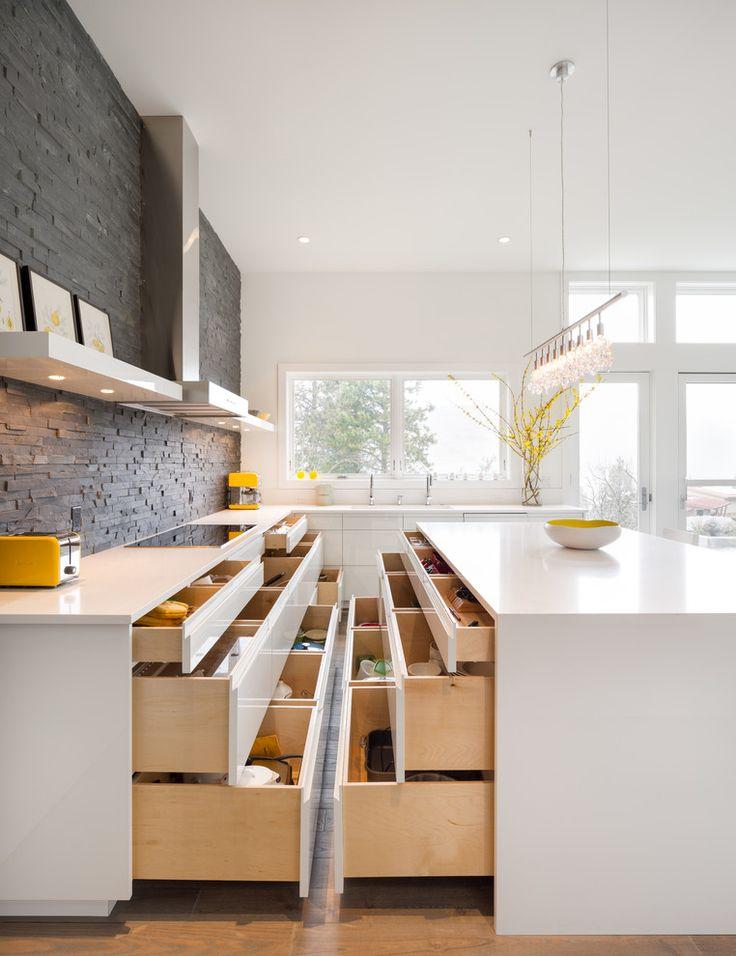 Системы хранения для кухни: 80 функциональных трендов, когда комфорт и дизайн неразделимы http://happymodern.ru/sistemy-xraneniya-dlya-kuxni-foto/ Усиленные выдвижные ящики смогут заменить даже кухонные шкафы