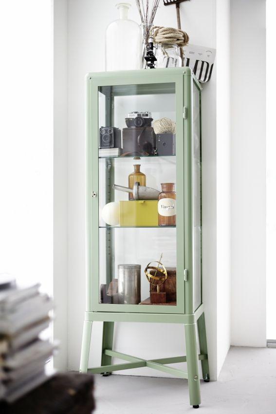 Het enige wat nog ontbreekt in deze FABRIKÖR vitrinekast zijn je favoriete spullen. #IKEA