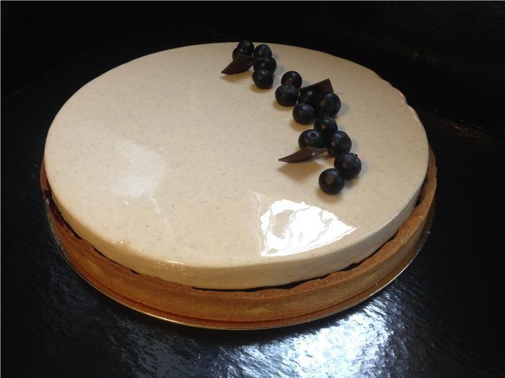 Tarte au myrtilles (recette de la pâtisserie Osmont) : pâte sablée, crème d'amande, compotée de myrtilles, mousseux vanille, glacage miroir ivoire