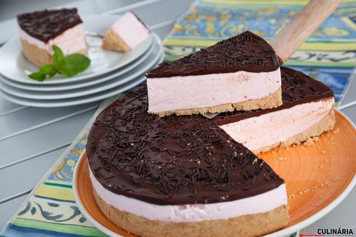 Em apenas 40 minutos delicie-se com esta receita de cheesecake de gelatina com chocolate. Junte o melhor dos dois mundos 😉 https://www.teleculinaria.pt/receitas/doces-e-sobremesas/cheesecake-gelatina-chocolate/