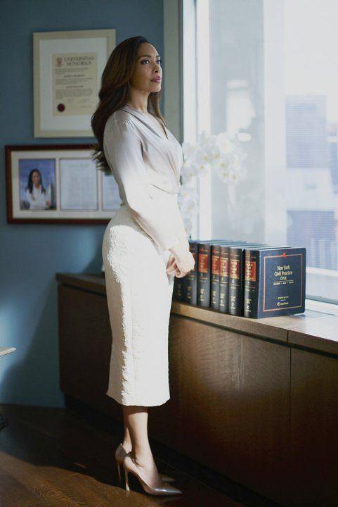 Tons claros, linhas arredondadas e formas que valorizam a silhueta pra trazer mais leveza e feminilidade à firmeza de Jessica Pearson