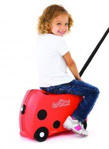 Trunki / Harlley  TRUNKI ER EN KUFFERT PÅ HJUL – DESIGNET TIL BØRN PÅ FARTEN  Børnene kan pakke deres Trunki med alt deres yndlings legetøj, køre på den, sidde på den, trække den eller blive trukket af deres forældre. www.farmorsoutlet.dk