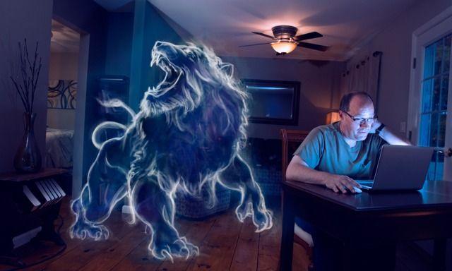 Un hombre mira escenas inapropiadas en su computadora por la noche; junto a él se ve la imagen de un gran león sonriendo