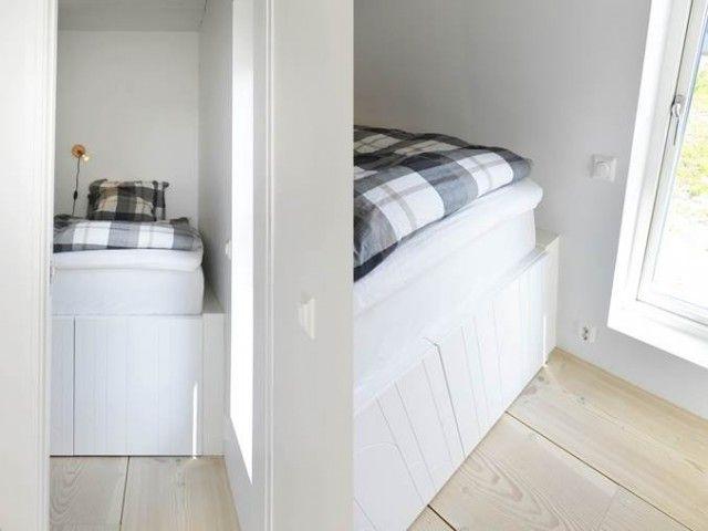 Under sängen finns ofta mycket utrymme som går till spillo men som kan användas till förvaring istället. Platsbygg en säng uppepå 1 dubbel och 1 enkel Bestå-stomme från Ikea. Blir perfekt till en 180 cm dubbelsäng. Vi satte Superfrontluckor även här.