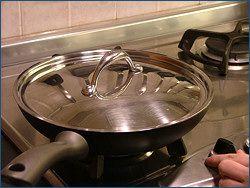 Abbassare la fiamma, coprire e cuocere