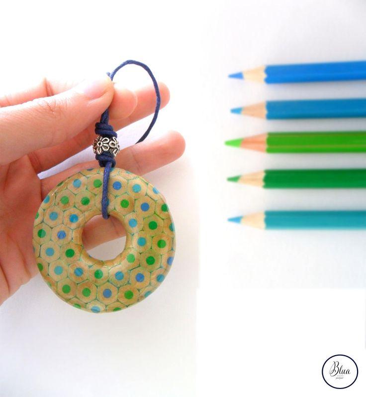 ciondolo a cerchio di matite colorate in verde turchese e verde acqua di BluaPencilJewels su Etsy #blua #bluapenciljewels #handmade #coloredpencil #coloredpencilsjewels #turquoise #mermaid