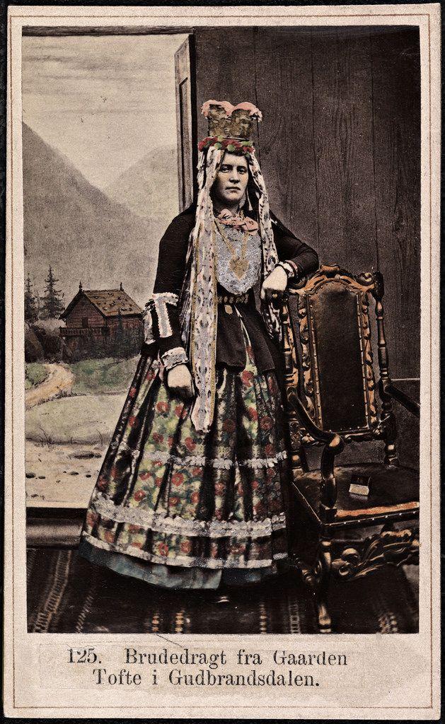Beskrivelse / Description: Drakt fra Tofte gård (Dovre, Oppland). Visittkort / Carte de visite. Dato / Date: ca. 1860-1870 Fotograf / Photographer: Marcus Selmer (1819-1900) Digital kopi av original / Digital copy of original: s/h papirpositiv, visittkort, kolorert Eier / Owner Institution: Nasjonalbiblioteket / National Library of Norway Lenke / Link: www.nb.no Bildesignatur / Image Number: bldsa_FA0555