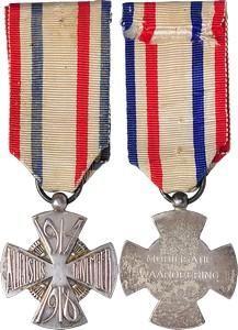 Witte Mobilisatiekruis / The White Mobilisation Cross 1929, PERIODE 1914-1918, MOBILISATIEKRUIS Door H.J. Jansen van Galen. Vierarmig kruis, tussen de armen bundels van zeven pijlen, eenheid symboliserend. Kz. in het centrum: MOBILISATIE / WAARDEERING.