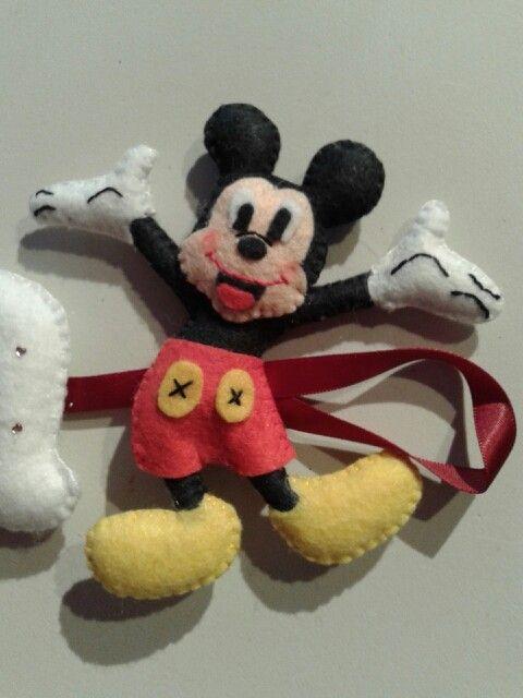 Mickey en fieltro. Detalle del nombre.