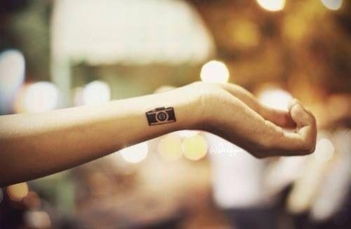 Tattouage appareil photo sur le poignet
