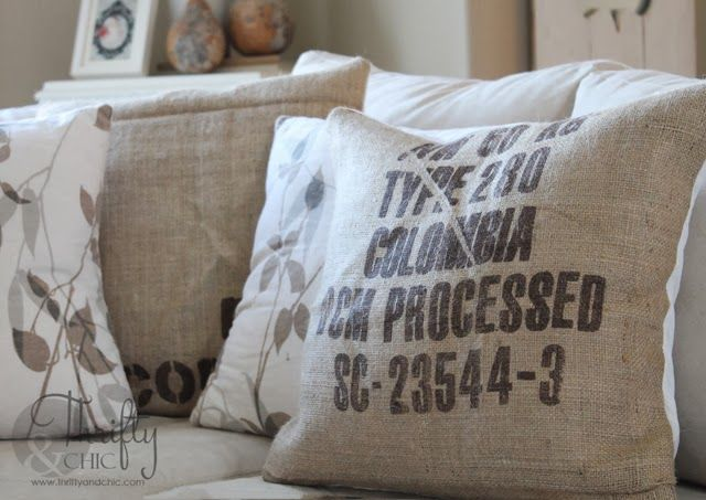 How to make burlap pillows. Also see video on how to cut burlap so it doesn't fray: https://www.youtube.com/watch?v=7vyyiEB55Uc