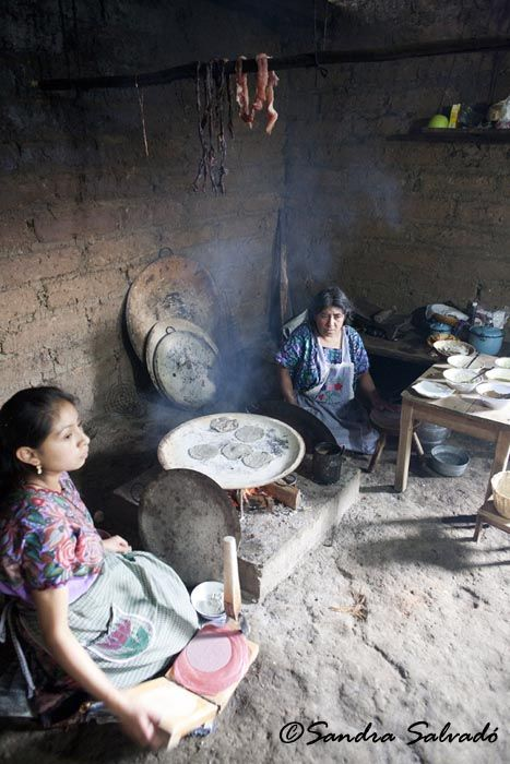 """Mujeres mayas cocinando tortillas de maíz en su casa  """"En todo el territorio que conformó la fascinante civilización maya, lo que ahora abarca parte de El Salvador, el occidente de Honduras, casi toda Guatemala, Belice y las zonas de Tabasco, Península Yucatán y Chiapas en México, en todo este vasto territorio, el maíz sigue siendo la base de su alimento: las tortillas de maíz se siguen haciendo a mano en muchos pueblos, de la manera tradicional."""" Por @Caminomascorto"""