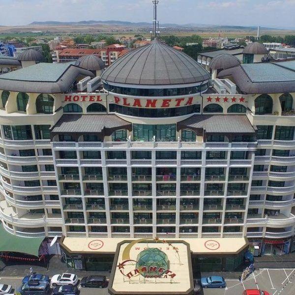 Отель Planeta в Болгарии находится всего в 70 метрах от пляжа, в центре курорта Солнечный берег. Бассейн в отеле Planeta состоит из 2 секций для детей и основной секции глубиной 1,8 м, он окружен садом. Ночью бассейн искусно освещается.  Отель состоит из 538 номеров.  В ресторане вместимостью до 850 человек подают отличные блюда. Рядом с бассейном находится бар. В лобби-баре можно заказать напитки и легкие закуски.