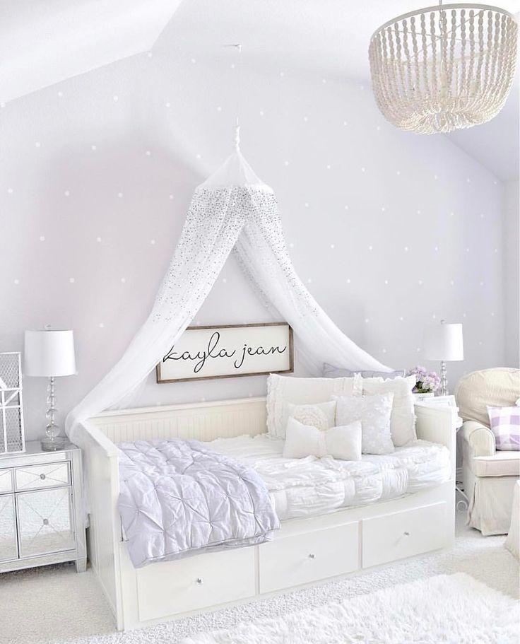 Wie schön ist das Dekor in diesem Fliederzimmer von @mytexashouse? Doppeltippen, wenn Sie es genauso lieben wie wir!