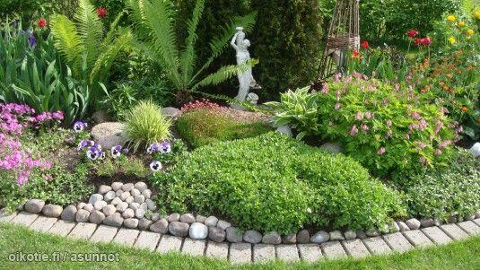 Lovely garden with a small statue / Ihanat istutukset patsaineen #puutarha