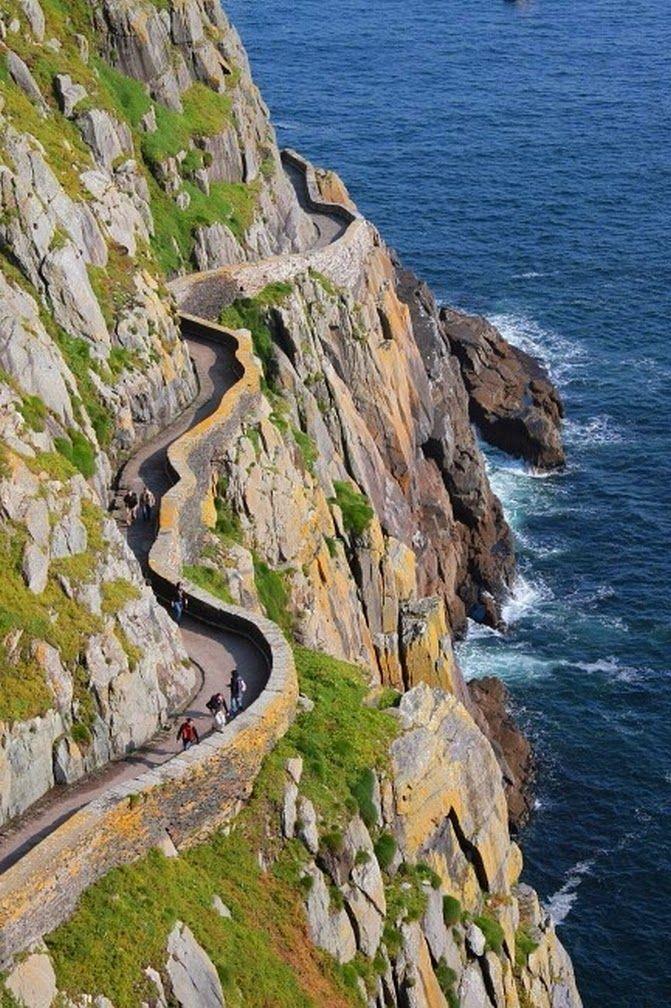 Sendero en acantilado; Skellig Michael, Irlanda.