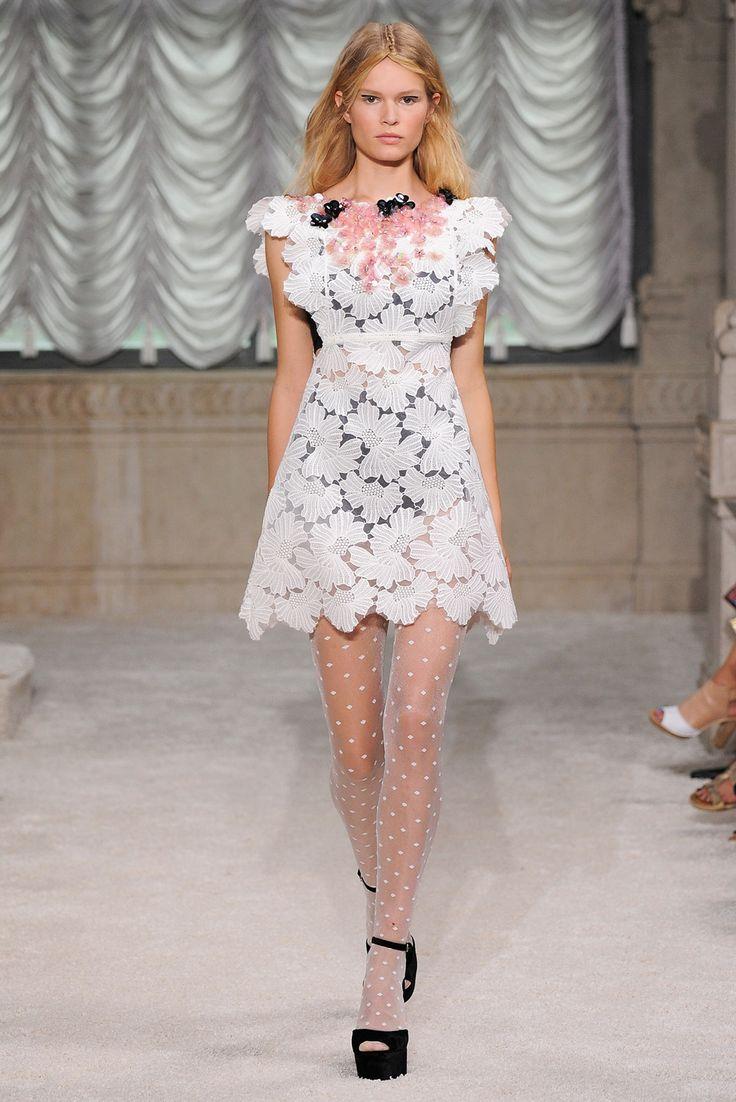 Guarda la sfilata di moda Giamba a Milano e scopri la collezione di abiti e accessori per la stagione Collezioni Primavera Estate 2015.