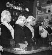 Boerenleven. Klederdracht. Meisjes in Drentse traditioneel kostuum.[1959]