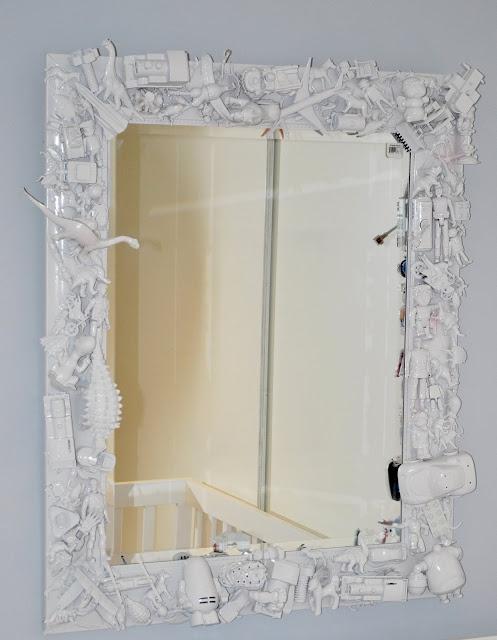 Mirror. Small toys glued onto mirror then spray painted white. CaUte! ACHADOS DE DECORAÇÃO: IDÉIA DECORATIVA DO DIA: PARA O QUARTO DOS MENINOS