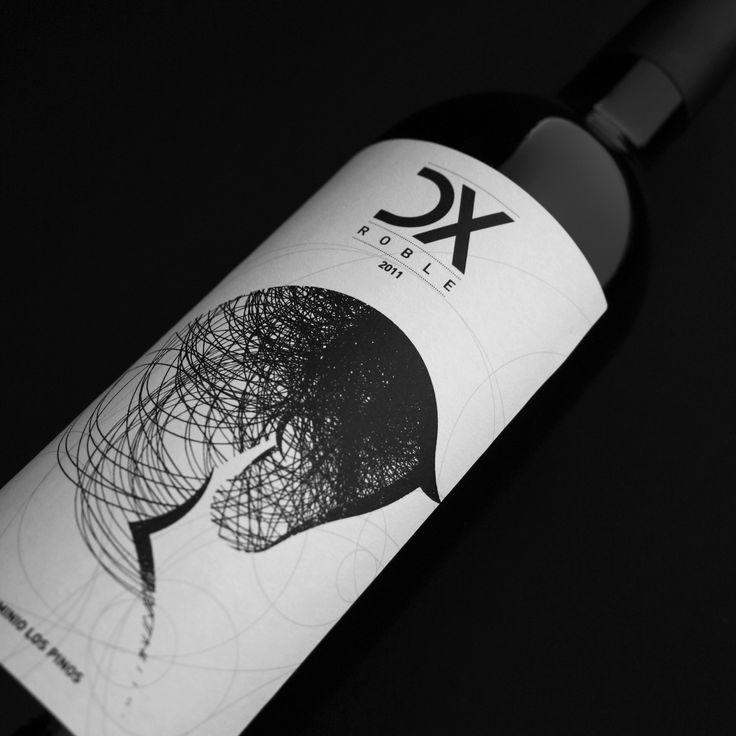"""DX Roble Bodegas Los PinosBodega Los Pinos nos encargo la creación de una etiqueta de vino, cuya premisa era diseñar, en blanco y negro, la figura de un caballo: """"Distinguido X"""", Caballo de Pura Raza Española. Hemos creado el logo DX Roble, el diseño de…"""
