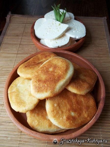 Как приготовить мчади - грузинские лепешки из кукурузной муки. Мчади в Грузии готовят в каждой семье и подают к столу вместе с лобио, едят вместо хлеба.