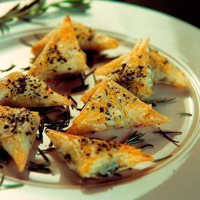 Descubre como preparar paso a paso la receta de Crujiente de morcilla. Te contamos los trucos para que triunfes en la cocina con Entrantes para chuparse los dedos
