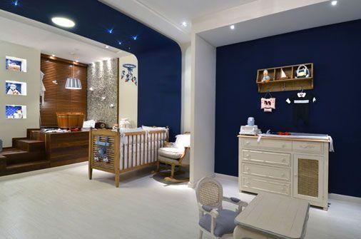Os tons de vermelho, azul e branco revelam que a inspiração deste espaço foi o estilo Navy. Com 32 m², a Suíte do Bebê é da arquiteta Ana Virginia Furlani. Todo mobiliário solto é de madeira maciça. Feito de ipê, o deck sustenta o ofurô de carvalho. O piso Durafloor branco clareia o espaço. Lustres e luminárias embutidas com lâmpadas mini dicroicas e cristais de fibra ótica colocados nas paredes criam o efeito de céu estrelado.