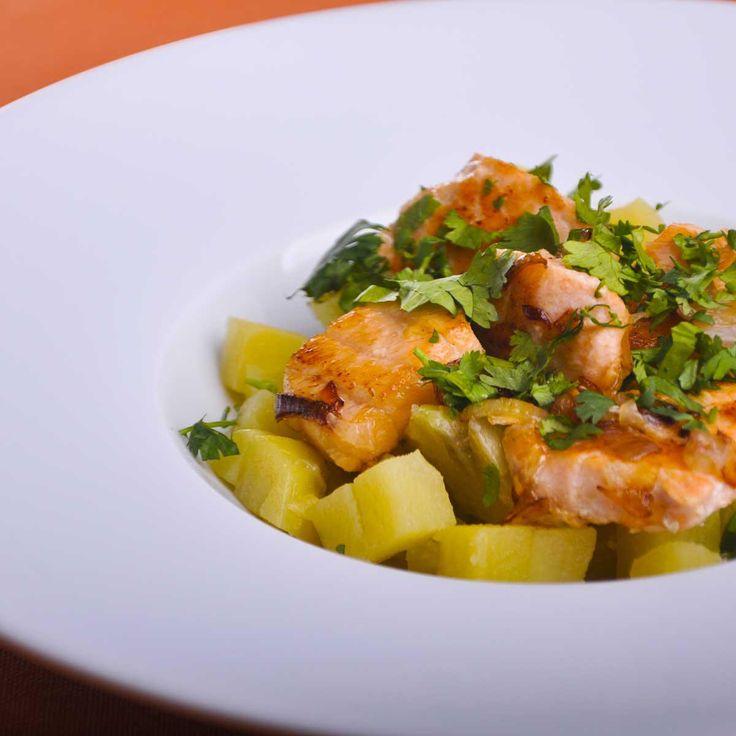 Demandez à votre poissonnier de couper la saumonette en morceaux. Pelez et émincez les échalotes. Pressez les citrons.