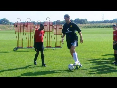 Roy Keane Teaches 12 Year Old Danny Welbeck How To Shield The Ball In 2003