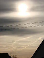 Das Observatorium des Deutschen Wetterdienstes teilte uns nämlich schriftlich mit, dass es nicht ausschließen könne, dass chemische Wolken über Deutschland versprüht werden, da es nicht zum Forschungs- und Messprogramm des Observatoriums gehöre, sich mit dieser Fragestellung zu befassen. Die vollständige Antwort des Meteorologischen Observatoriums des Deutschen Wetterdienstes finden Sie [hier]. http://www.sauberer-himmel.de/