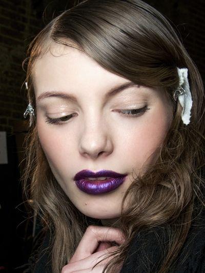 Meesterlijke metallics - Dit zijn dé make-uptrends van dit najaar #blush #eyeliner #model #beauty #makeup #ELLE