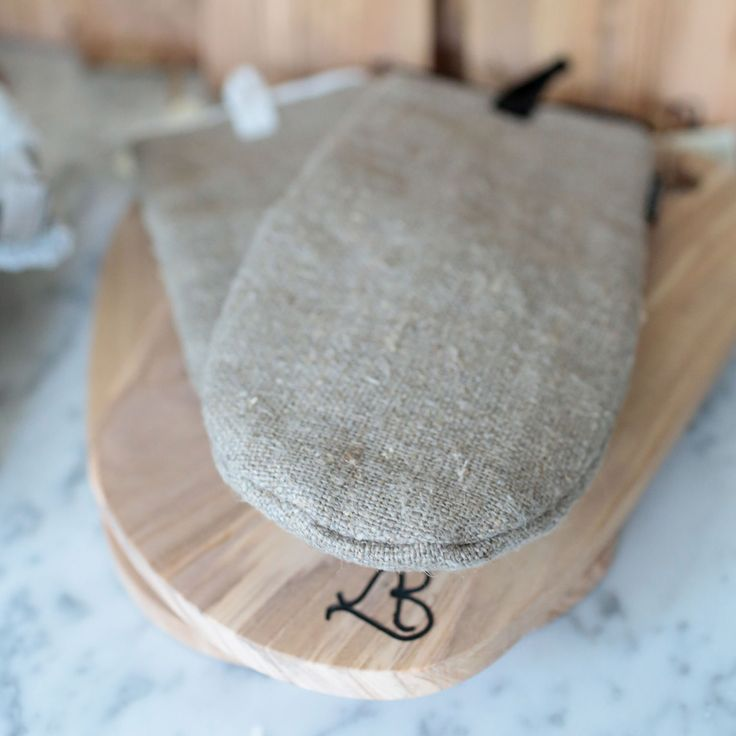 Axlings Linne bath mits and olive wood boards by Andrea Brugi. Handcrafted home decor. http://monc13.com/