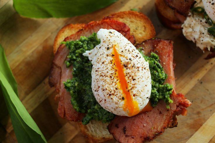 Ha+húsvét,+akkor+tojás+minden+mennyiségben.+Most+megmutatjuk+hogyan+lehet+tökéletes+buggyantott+tojást+készíteni,+de+lesz+még+kalács,+sonka,+tormakrém,+medvehagyma+pesto,+egy+szóval+minden+amitől+húsvét+a+húsvét!   A+buggyantott+tojáshoz:  2+tojás 1+ek+ecet/citrom 1+tk+só víz  A…