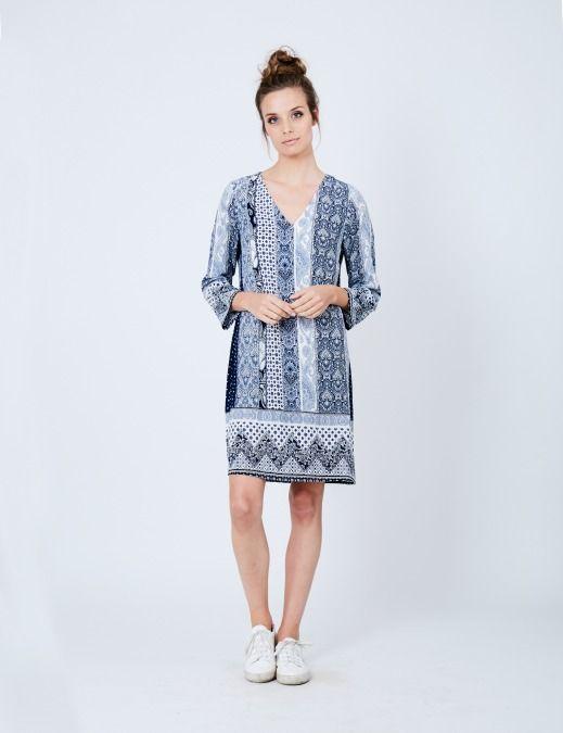 Dit prachtige jurkje van DryLake is geinspireerd door het Nederlandse delftsblauw. Het jurkje heeft een grafische print in de kleurenblauw en wit.