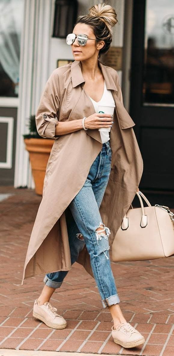 casual outfit inspiration _ nude coat + tee + bag + boyfriend jeans + sneakers