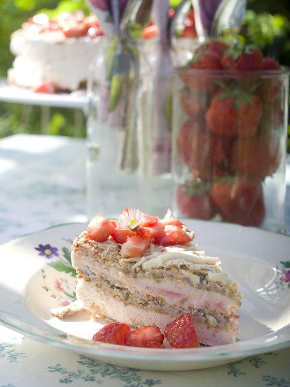 Gør brug af de søde, danske bær, og servér en skøn jordbærislagkage med nøddebunde og hvid chokolade, som vil skabe stor glæde ved sommerens mange arrangementer. Vi giver dig opskriften her!
