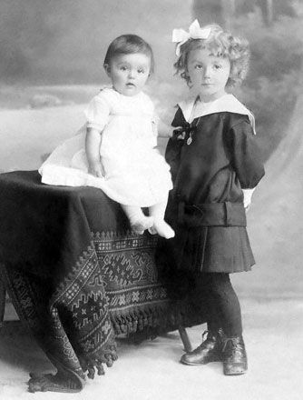 Elisabeth with her sister Albine, circa 1915.