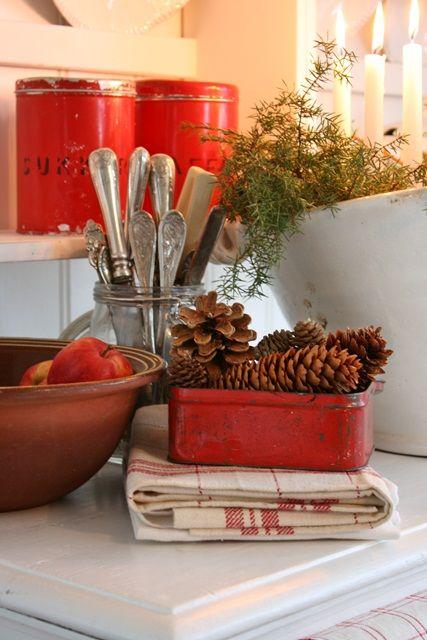 Pledd i rødlige toner blir juletekstilene her i år, sammen med mine herlige linhåndkler:) Den store kurven er et dekorativ innslag her hj...