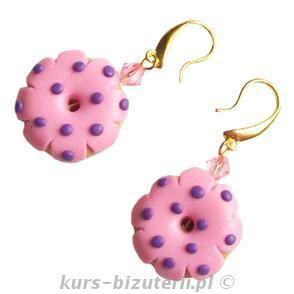 Różowe pączki w fioletowe kropki