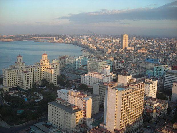 El restaurante La Torre ocupa la planta 33 del edificio Focsa, en la manzana circundada por las calles 17, 19, M y N, y ofrece magníficas vistas panorámicas del mar y de la ciudad de la Habana.