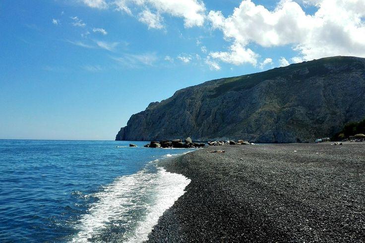 Spiaggia nera di Kamari a Santorini, fuga in #Grecia