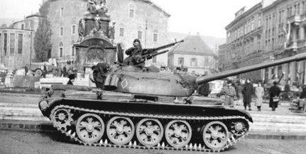 1956. november 4. Szovjet tankok a pécsi Széchenyi téren. I 1956. november 4. Soviet tanks in Pécs, Széchenyi Square.